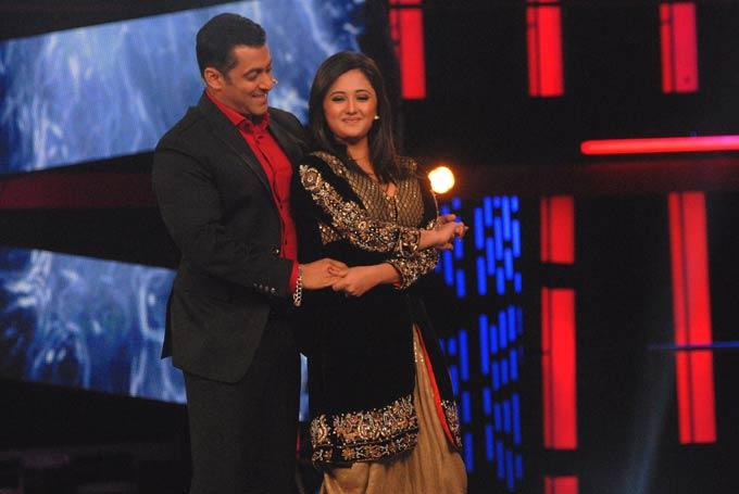 Rashmi Dancing Along With Salman On The Sets Of Bigg Boss 6