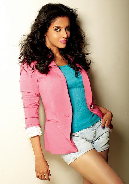 Asin Cute Sexy Pose Photo Shoot In Short Pant