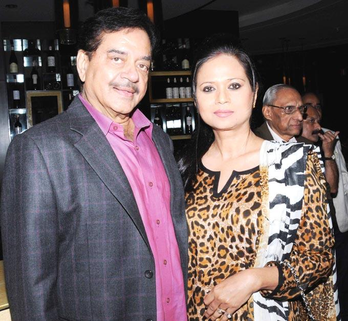 Shatrughan Poses With A Guest At Shatrughan Sinha's Dinner For Doctors Of Ambani Hospital