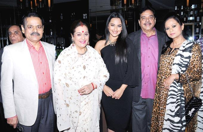 Shatrughan With Wife Poonam And Daughter Sonakshi Posed At Shatrughan Sinha's Dinner For Doctors Of Ambani Hospital