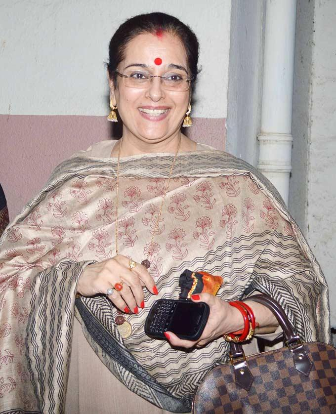 Poonam Sinha Flashes Smile At Dabangg 2 Screening Event