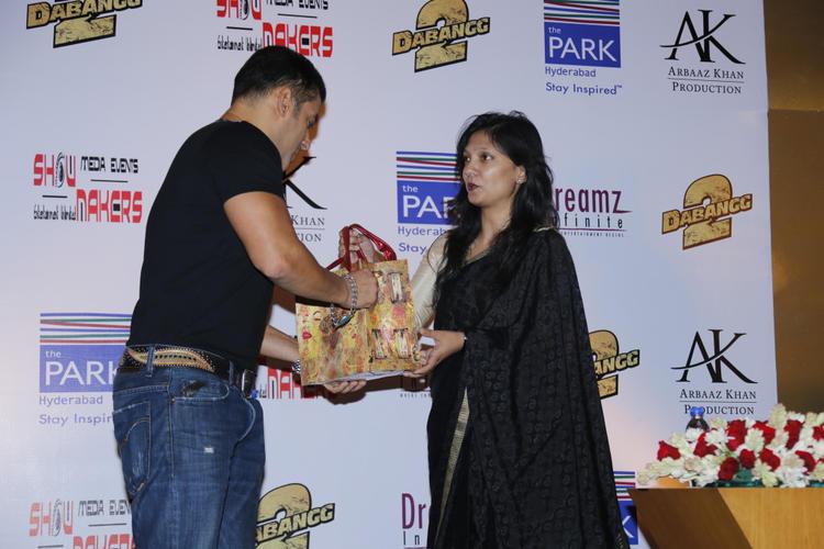 Salman Khan Visits At Hyderabad To Promote Dabangg 2