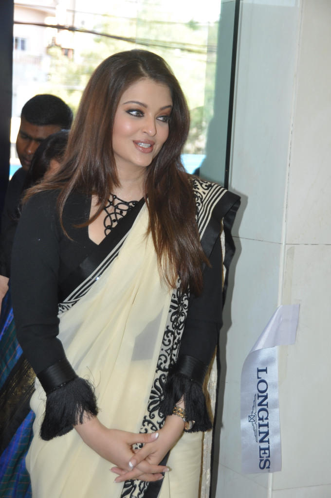 Aishwarya Cute Smiling Still At Longines Watch Show Room Launch