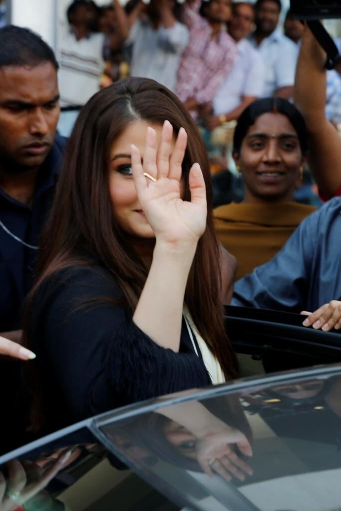 Aishwarya Greets Her Fans At Longines Watch Show Room Launch