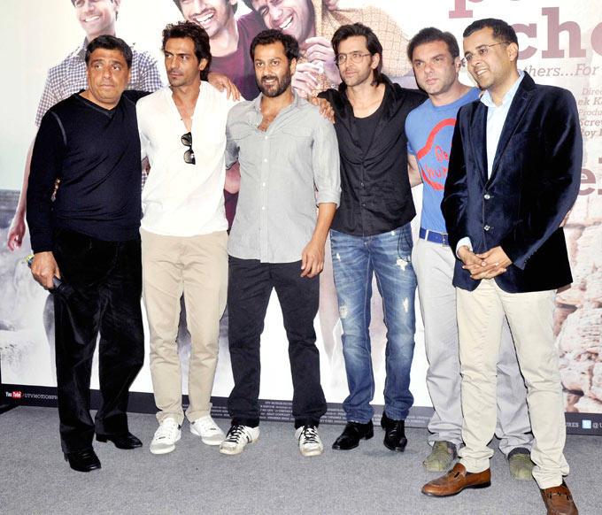 Abhishek Poses With Arjun,Hrithik,Ronnie And Author Chetan During The Kai Po Che Movie Trailor Launch