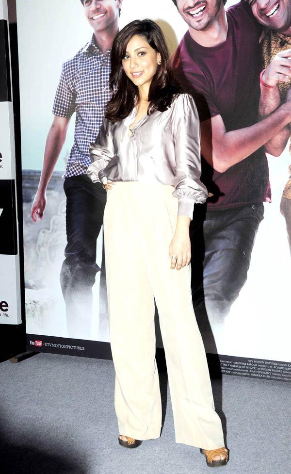 Amrita Puri Posed For Camera At Kai Po Che Movie Trailor Launch