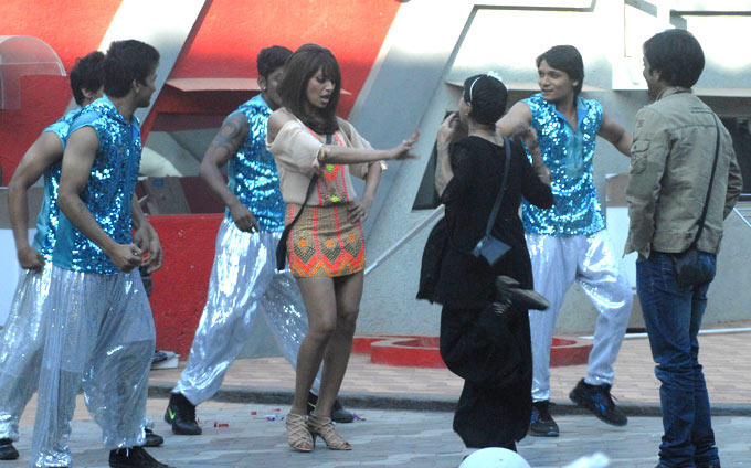 Bipasha Shakes Her Legs With Contestants On Bigg Boss 6 House