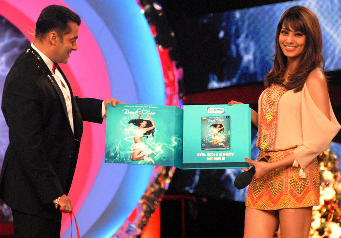 Salman And Bipasha Show Fitness DVD Named Breakfree On The Sets Of Bigg Boss 6
