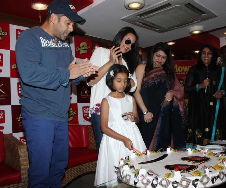 Salman And Sonakshi Cake Cutting At Cafe Coffee Day For Dabangg 2 Promotion