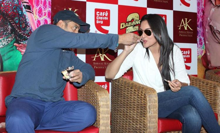 Salman And Sonakshi Photo Clicked At Cafe Coffee Day For Dabangg 2 Promotion