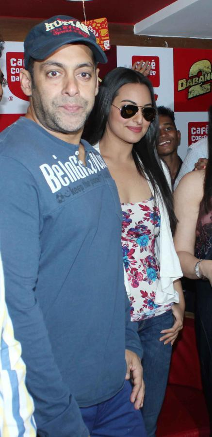 Salman And Sonakshi Posed For Photo At Cafe Coffee Day For Dabangg 2 Promotion