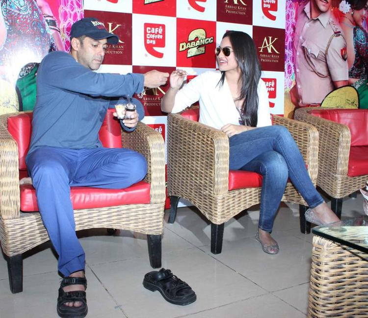 Salman And Sonakshi Snapped At Cafe Coffee Day For Dabangg 2 Promotion