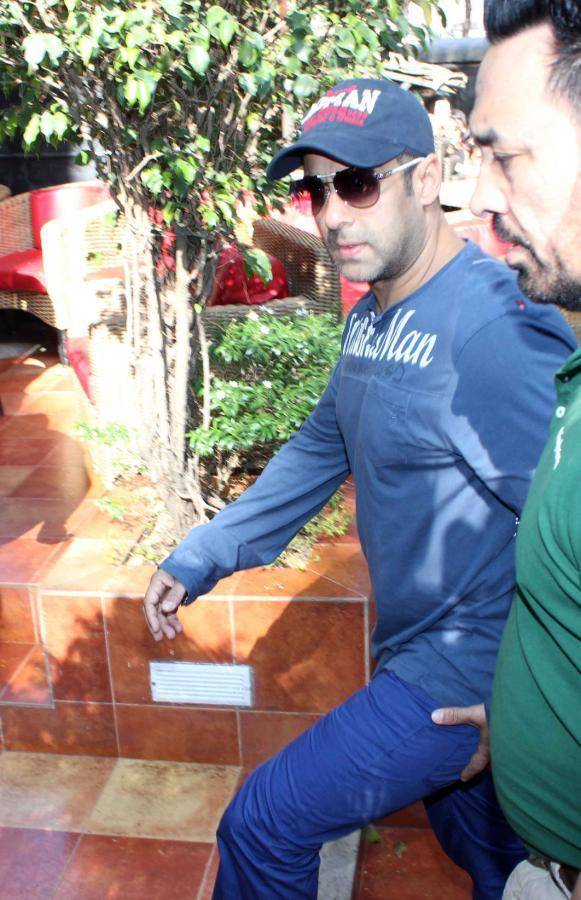 Salman Khan Arrived At Cafe Coffee Day For Dabangg 2 Promotion