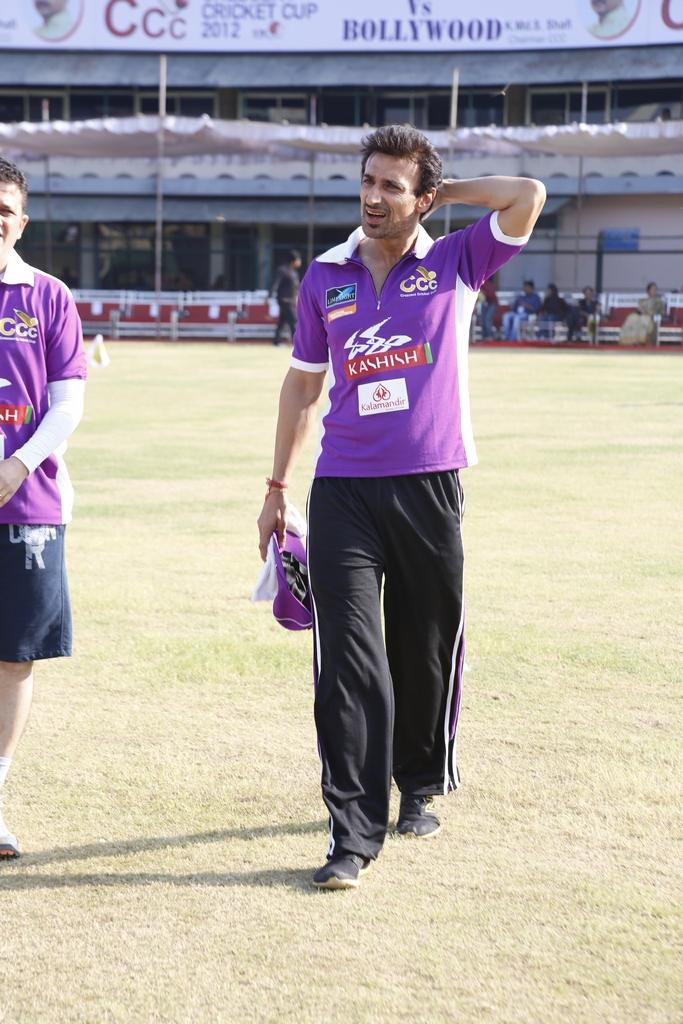 Rahul Dev Walking Photo In Field  During The Match Between Mumbai Heroes And Telugu Warriors