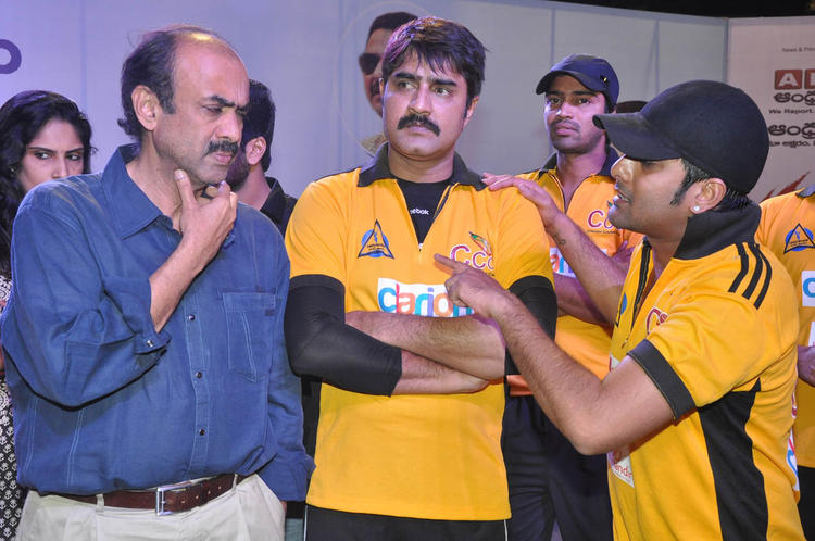Srikanth And Tarun Nice Look Photo At The Match Between Mumbai Heroes And Telugu Warriors