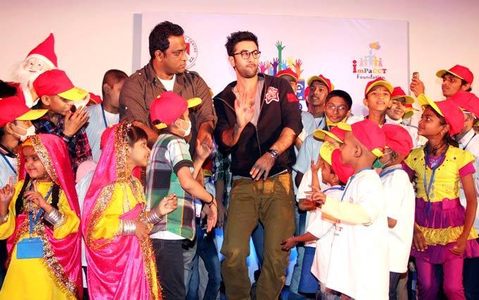 Ranbir Kapoor And Anurag Basu Along With The Children At Tata Memorial Hospital