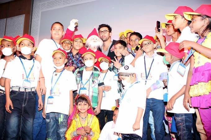 Ranbir Kapoor Poses With The Hospital Children At Tata Memorial Hospital
