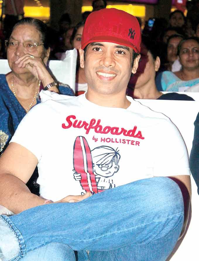 Tusshar Kapoor Smiling Pose At The Grand Finale Of Mulund Festival 2012