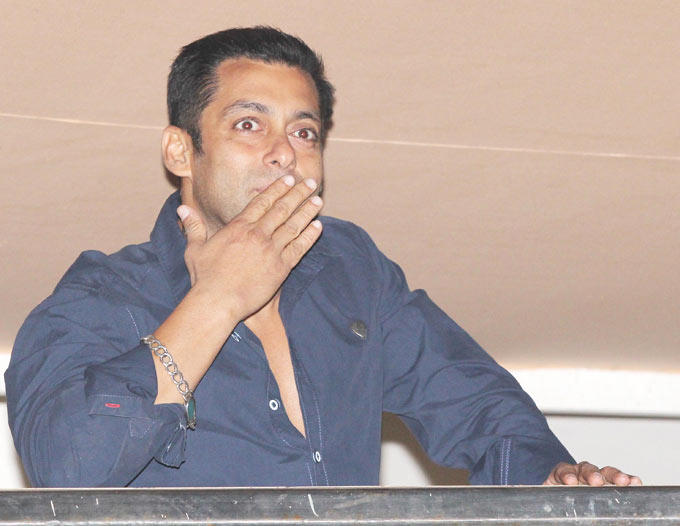 Salman Khan Gives Flying Kisses To His Fans At His Birthday Bash