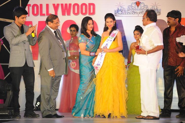 Nikhil Siddharth Clapping Still At Tollywood Miss AP 2012 Grand Final