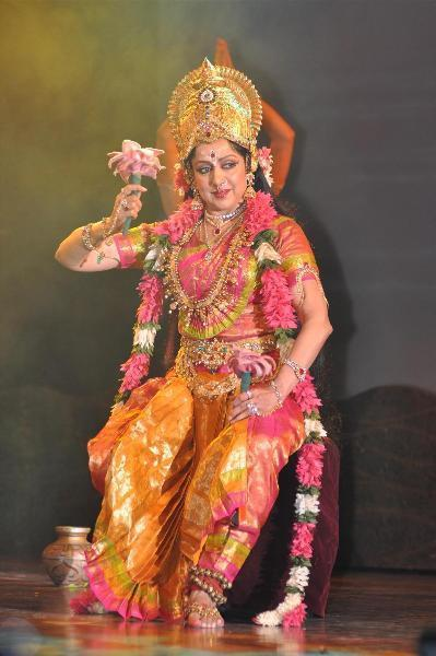 Hema Malini Dashing Performance Photo At The Jaya Smriti Awards 2012