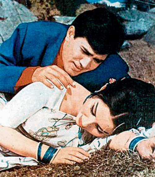 Rajesh And Sharmila Romantic Scene In Kora Kagaz Tha Song Still From Aradhana