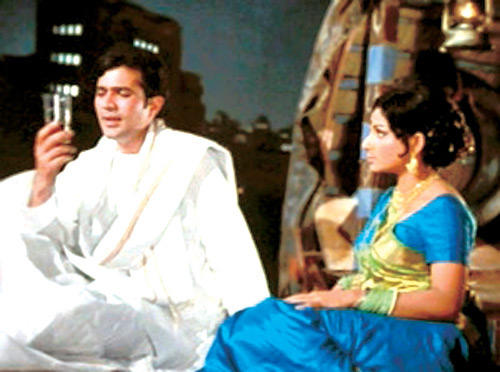 Rajesh Khanna And Sharmila Tagore A still From Amar Prem