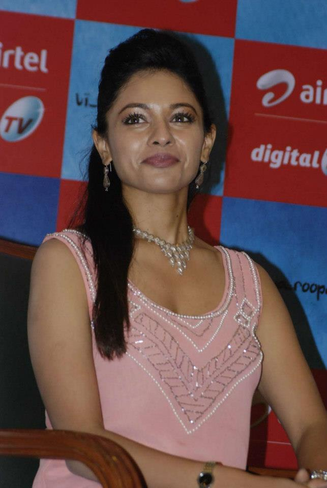 Pooja Cute Smiling Photo Clicked At Vishwaroopam Airtel DTH Launch Event