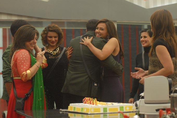 Salman With Delnaaz,Sapna,Aashka,Sana And Urvashi Birthday Celebrate Photo In Bigg Boss 6 House