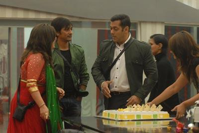 Salman Present At Bigg Boss 6 House To Celebrate His Birthday