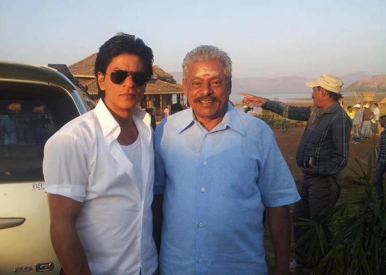 Shahrukh With A Fan Posed For Camera On The Sets Of Chennai Express