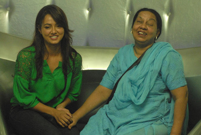 Sana With Her Mother Looked Hery Happy In The Bigg Boss House 6
