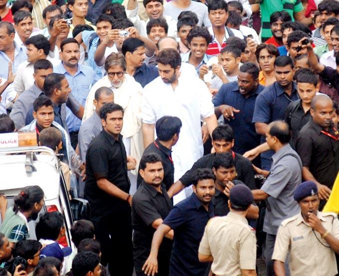 Amitabh Bachchan And Abhishek Bachchan At Rajesh Khanna Funeral Procession