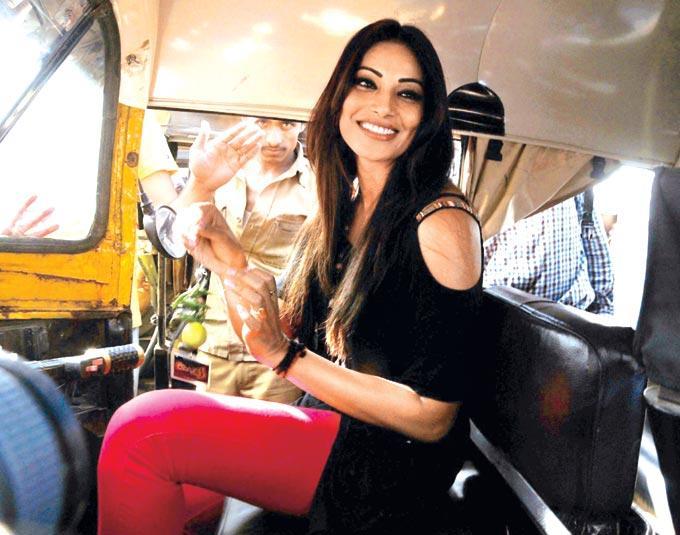 Bipasha Basu Takes An Auto Ride For A Film Promotion