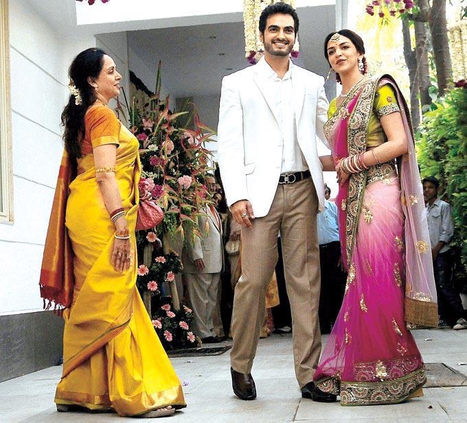 Hema Malini With Bridal Couple Esha Deol And Bharat Takhtani Nice Pic