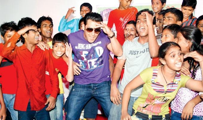 Salman Khan Dancing With NGO Kids At Dharavi