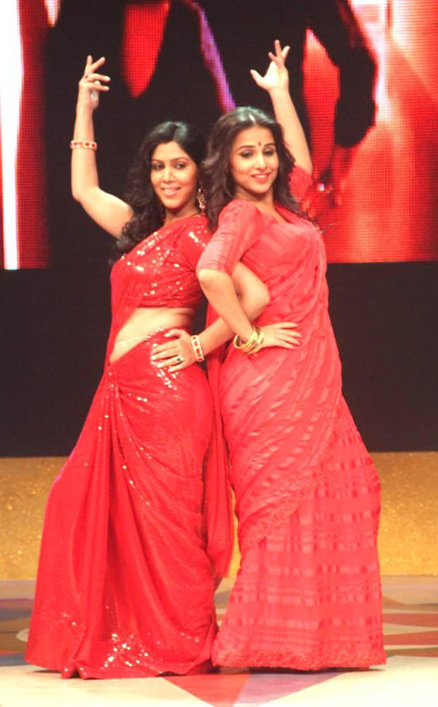 Vidya Balan And Sakshi Tanwar Dancing Pose In Bade Achhe Lagte Hain