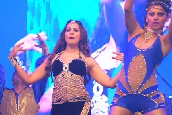 Bipasha Basu Amazing Dance Performance At Saifai Mahotsav 2012
