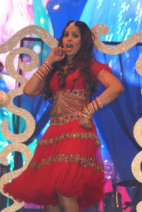 Bipasha Basu Bold Dance Pose At Saifai Mahotsav 2012