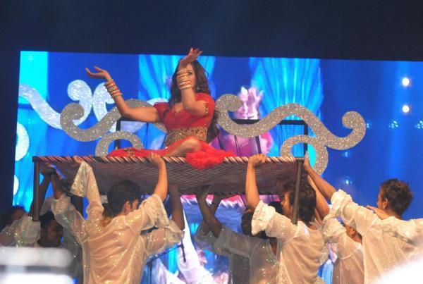 Bipasha Basu Danced At Saifai Mahotsav 2012