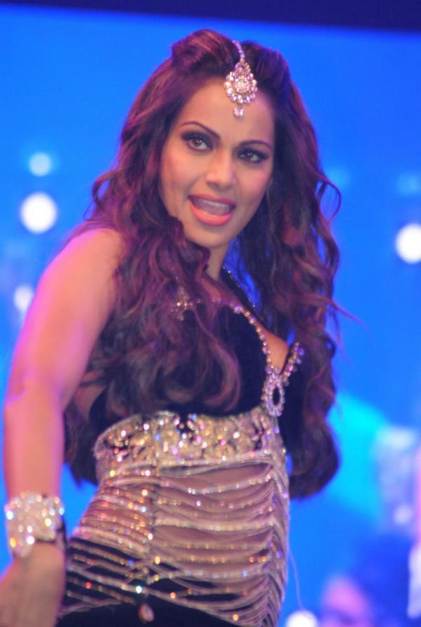 Bipasha Basu Latest Spicy Look On Stage At Saifai Mahotsav 2012