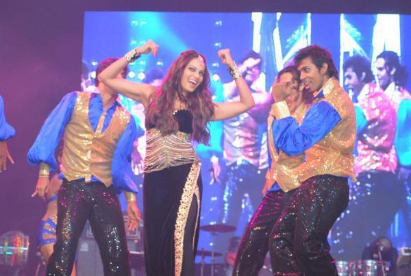 Bipasha Basu Perfomed Hot Dance At Saifai Mahotsav 2012