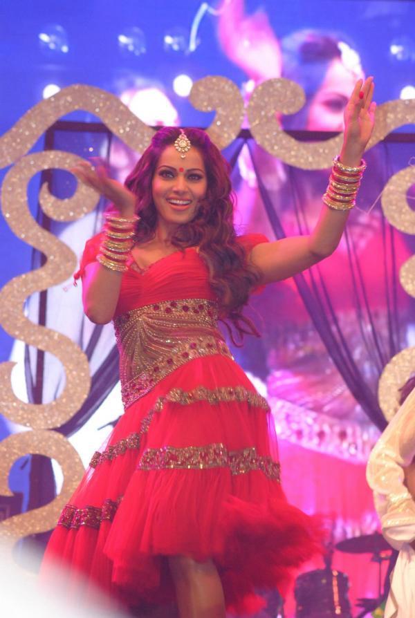 Bipasha Basu Sexy Look Dance In Red Dress At Saifai Mahotsav 2012