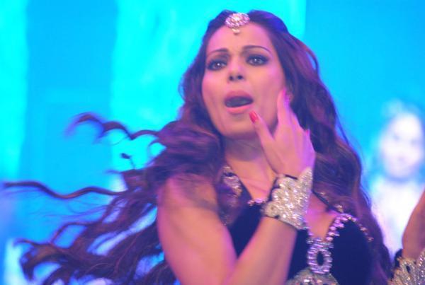 Bipasha Basu Spicy Look On Stage At Saifai Mahotsav 2012