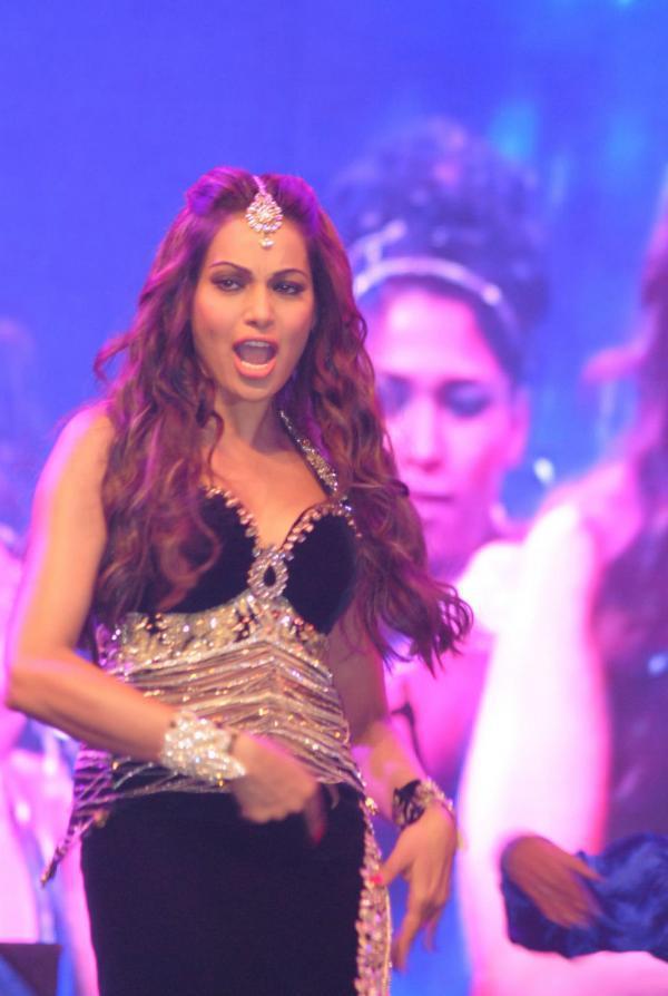 Sexy Bipasha Basu Hot And Bold Look At Saifai Mahotsav 2012