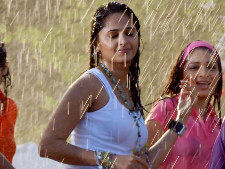 Anushka Shetty Wet Smim Sexy Photo
