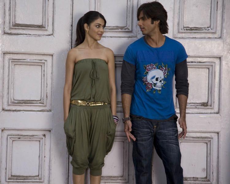 Genelia and Shahid Cute Still