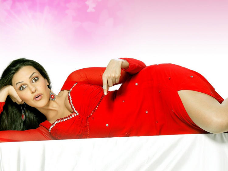 Neha Dhupia Cute Face Wallpaper