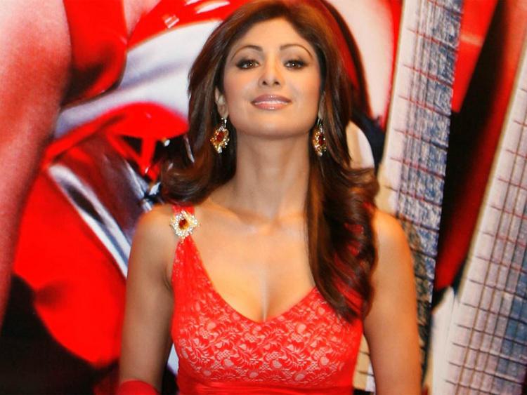 Shilpa Shetty Cute Hot Look Wallpaper