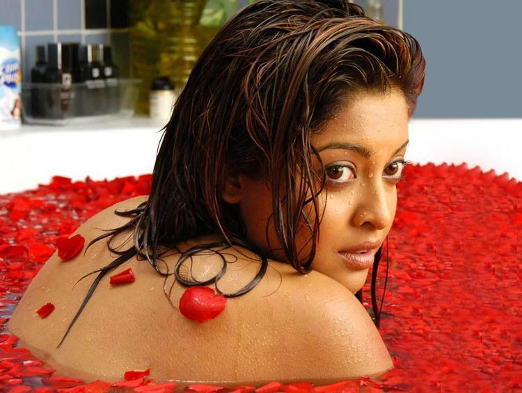 Tanushree Dutta Bathing Wallpaper